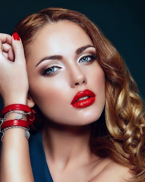 カラフルなアクセサリーと完璧なきれいな肌と赤い唇と明るい化粧品で美しいセクシーなスタイリッシュな金髪白人若い女性モデルのファッション性の高いlook.glamorのクローズアップの肖像画 無料写真