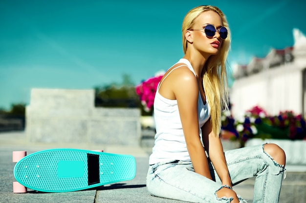 Высокая мода look.glamor стильная сексуальная красивая молодая блондинка в летней яркой повседневной хипстерской одежде Бесплатные Фотографии