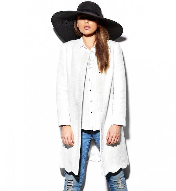 Высокая мода look.glamor крупным планом портрет красивой сексуальной стильной брюнетки молодая женщина модель в белом пиджаке и большой черной шляпе Бесплатные Фотографии
