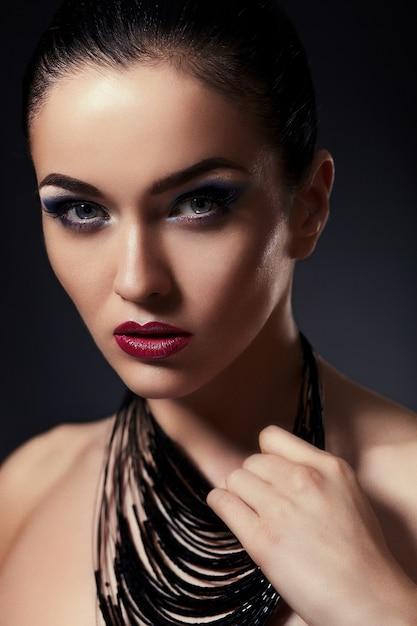 美しいセクシーなスタイリッシュなブルネットの白人の若い女性モデルのファッション性の高いlook.glamorのクローズアップの肖像画 無料写真