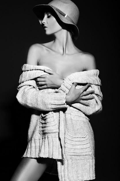 Высокая мода look.glamor крупным планом портрет красивой сексуальной стильной модели молодой женщины с ярким макияжем с идеально чистой кожей в повседневной ткани в шляпе Бесплатные Фотографии