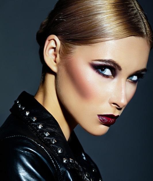 ファッション性の高いlook.glamorのクローズアップの肖像画の美しいセクシーなスタイリッシュな白人の若い女性モデルと明るいモダンなメイク、濃い赤唇、完璧なきれいな肌 無料写真