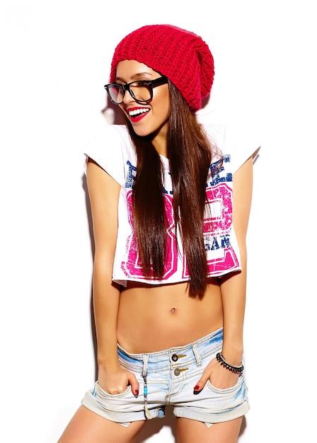 夏の明るいカラフルなヒップスター布に赤い唇とファッション性の高いlook.glamorスタイリッシュな美しい若い女性モデル 無料写真