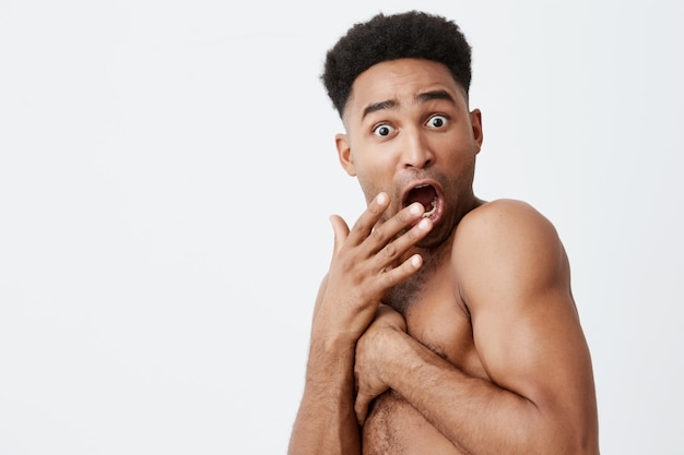 Non guardarmi primo piano di divertente uomo dalla pelle nera con acconciatura afro chiudendosi con le mani, quando un amico è venuto in bagno mentre faceva il bagno. situazioni imbarazzanti Foto Gratuite