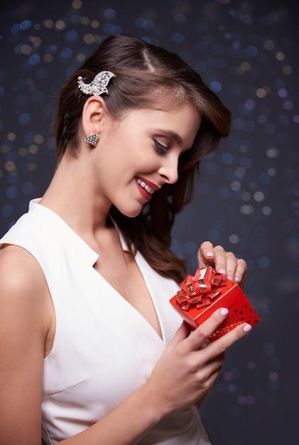 彼女のクリスマスプレゼントを見て 無料写真