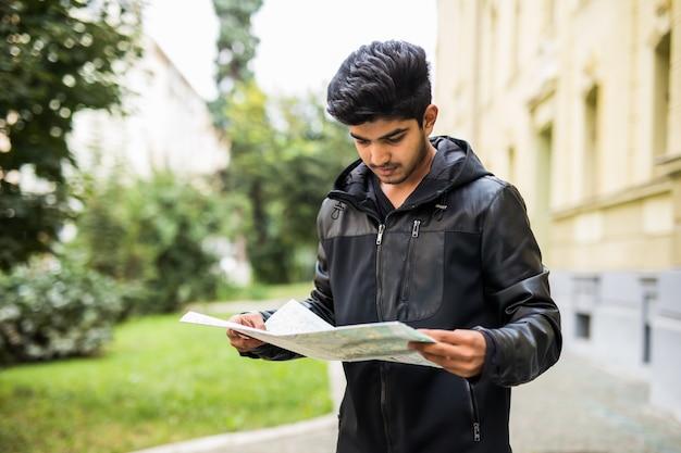 Потерянный индийский турист, смотрящий на карту города в поездке Бесплатные Фотографии