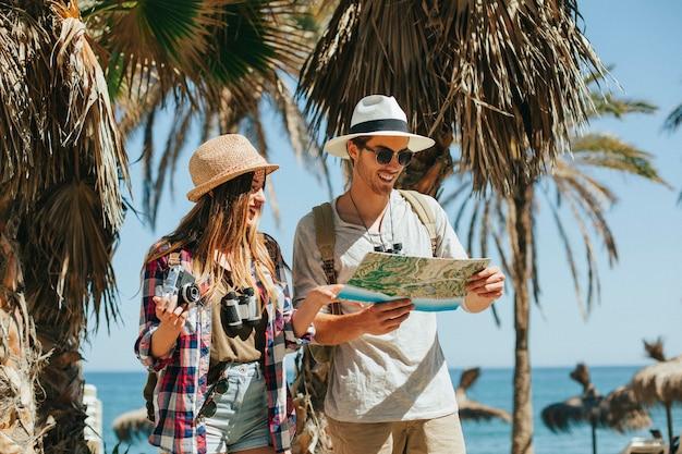 Потерянные туристы на пляже Premium Фотографии