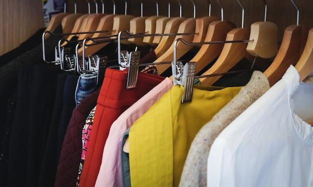 Molti vestiti diversi appesi in un armadio Foto Gratuite