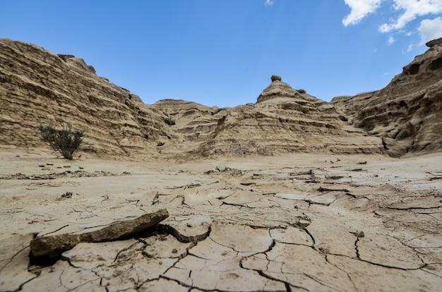 Множество скальных образований в бесплодных землях под чистым голубым небом Бесплатные Фотографии