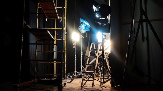 Много светодиодных систем освещения, несколько с цветными фильтрами и лестницами в съемочной площадке. Бесплатные Фотографии