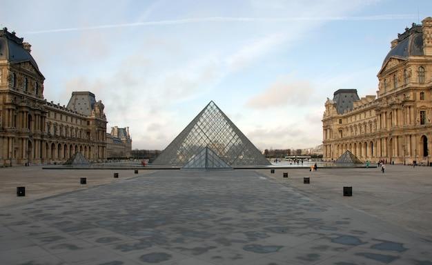 Лувр в париже в солнечный день Premium Фотографии