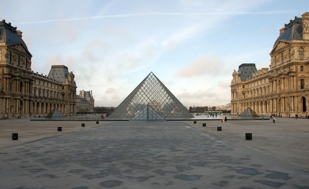 Louvre museum in paris in a sunny day Premium Photo