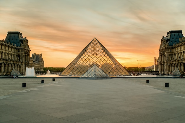 Louvre pyramid at louvre museum at paris, france. Premium Photo