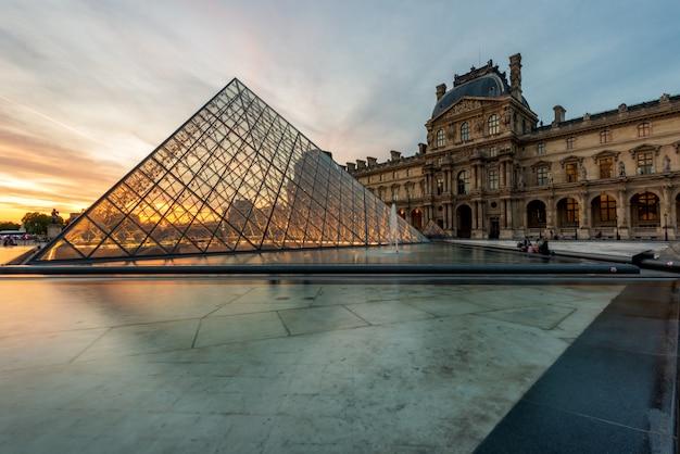 Louvre pyramid at louvre museum at paris, france. Premium Photo