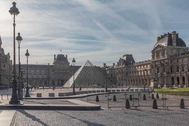 Лувр - самый большой музей в мире в париже. Premium Фотографии