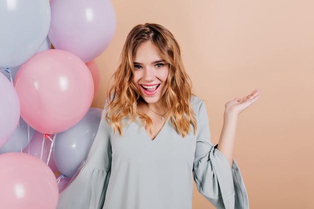 가벼운 벽에 포즈 유행 메이크업과 사랑스러운 생일 여자 무료 사진