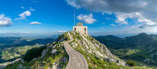 高くて美しい山lovcenの頂上にあるネゴシュne。 Premium写真