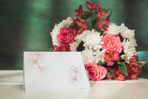 Любовь фон с розовыми розами, цветами, подарок на столе Бесплатные Фотографии
