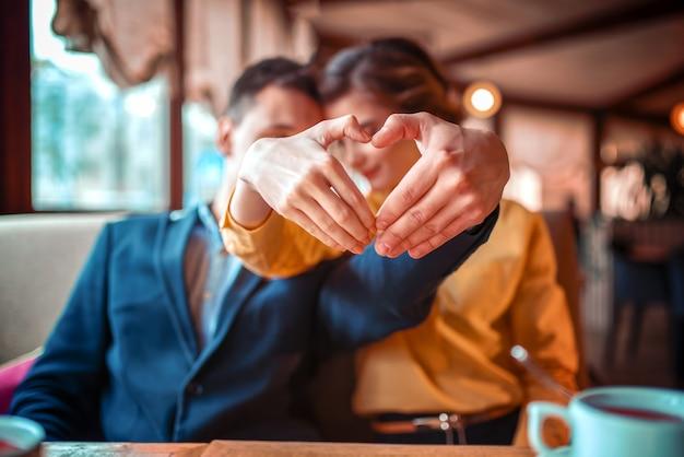 愛のカップルは手で心になります Premium写真
