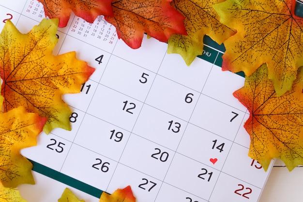 Любовь день концепция календарь, чтобы остаться день святого валентина с кленовым листом background.valentine день, 14 февраля Premium Фотографии