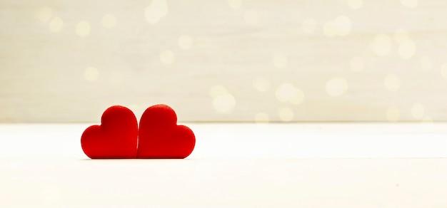 День любви, валентина фон, два красных сердца на деревянных фоне с золотым боке. размер баннера. копировать пространство. Premium Фотографии