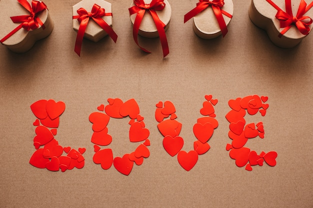 Любовь от сердца и стильные подарки с красными лентами. Premium Фотографии