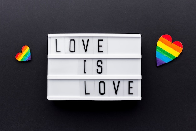 Любовь это цитата гордости любви с красочными сердцами Бесплатные Фотографии