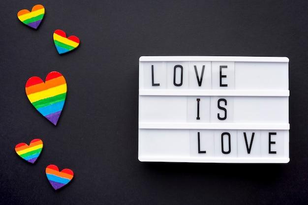 Любовь это цитата гордости любви с радужными сердцами Бесплатные Фотографии