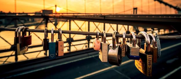 Amore si blocca sul ponte di brooklyn, new york, con l'alba sullo sfondo. Foto Gratuite