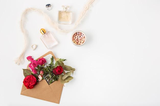 愛やバレンタインデーのコンセプト。封筒に赤い美しいバラ 無料写真