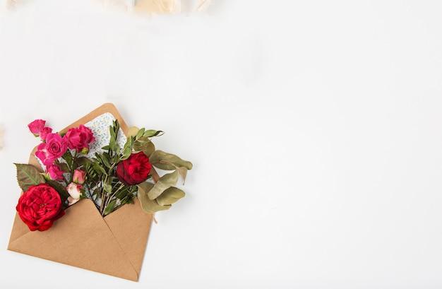 Любовь или концепция дня святого валентина. красные красивые розы в envelopen Бесплатные Фотографии