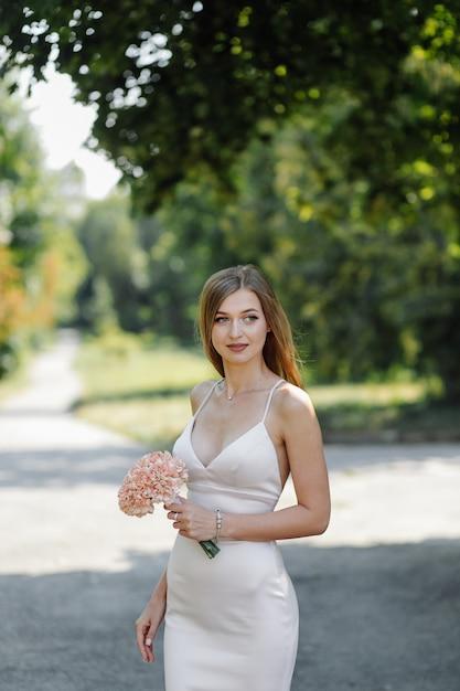 Любовная история в парке. счастливый мужчина и женщина Бесплатные Фотографии