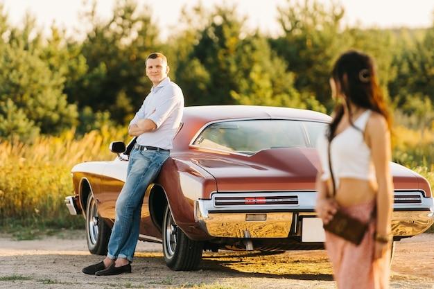ビュイックリビエトロスタイルの物語の女と男が大好きです。ユニークな車 Premium写真