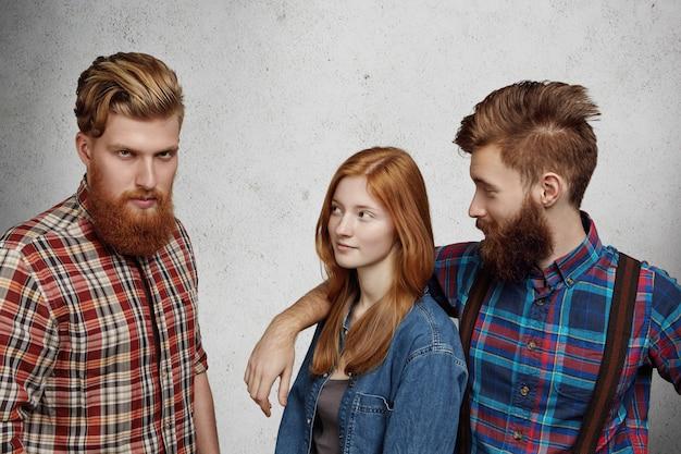 Любовный треугольник между двумя мужчинами и женщиной. Бесплатные Фотографии