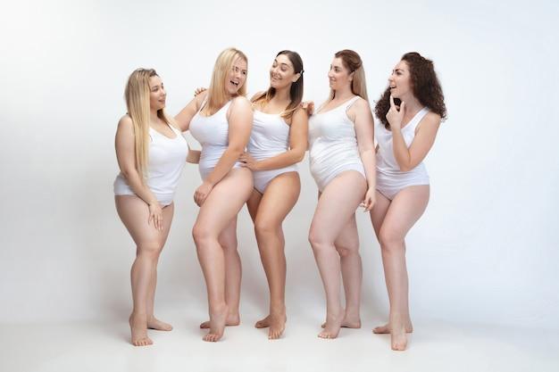 Innamorato di me stesso. ritratto di belle giovani donne plus size in posa sul bianco Foto Gratuite