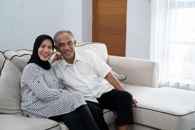 素敵なアジアのイスラム教徒の成熟したカップル Premium写真