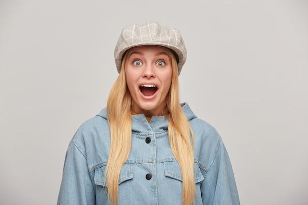 Bella donna bionda con i capelli lunghi sciolti, sembra felice felice stupita, bocca aperta Foto Gratuite