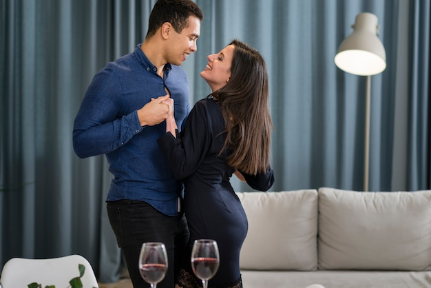 Прекрасная пара танцует вместе на день святого валентина Бесплатные Фотографии