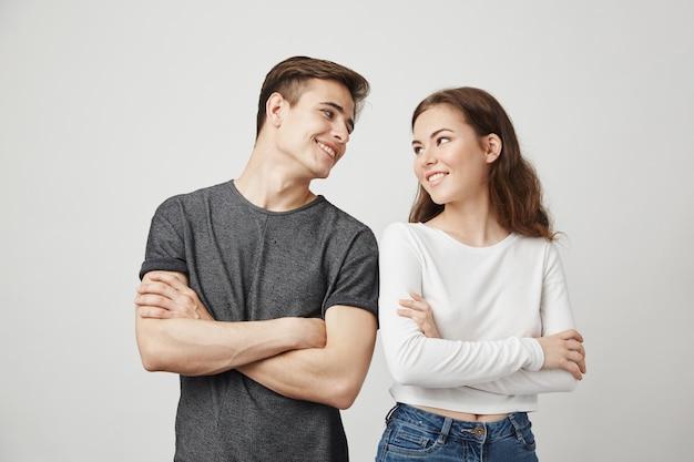 웃는 동안 교차 손으로 서로보고 사랑스러운 커플. 무료 사진