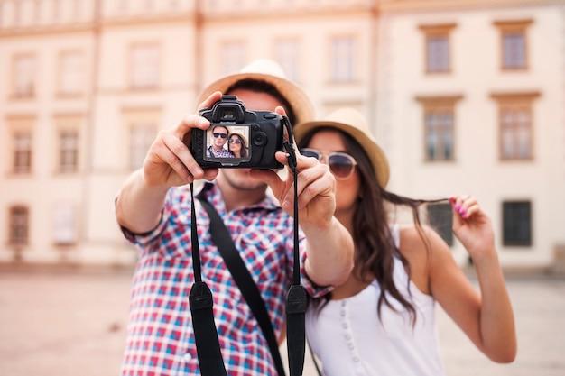 Coppia adorabile che cattura foto di se stessi Foto Gratuite