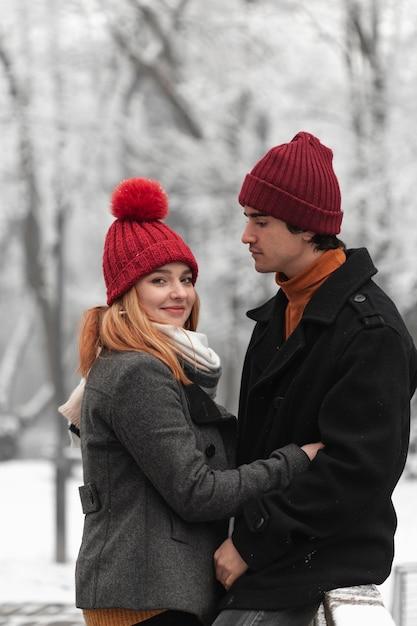 Прекрасная пара в смешных красных шапках Бесплатные Фотографии