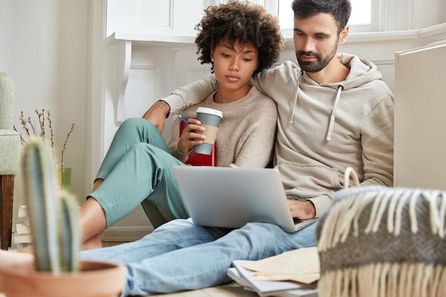 집에서 일하는 멋진 커플 무료 사진