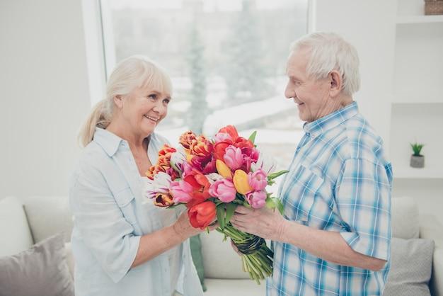 집에서 사랑스러운 노인 부부 프리미엄 사진