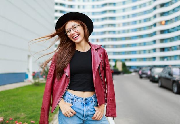 路上でポーズ率直な笑顔で素敵な女の子 無料写真
