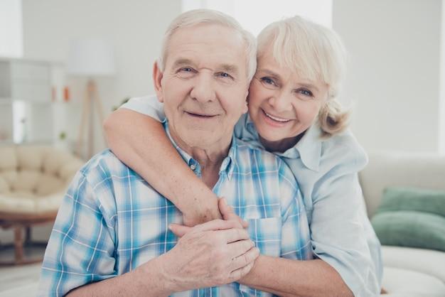Прекрасная пожилая пара вместе позирует в помещении Premium Фотографии