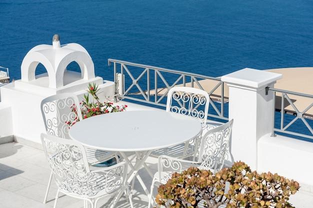 Lovely terrace over the sea of santorini Premium Photo