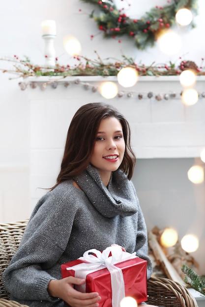 크리스마스에 집에서 사랑스러운 여자 무료 사진