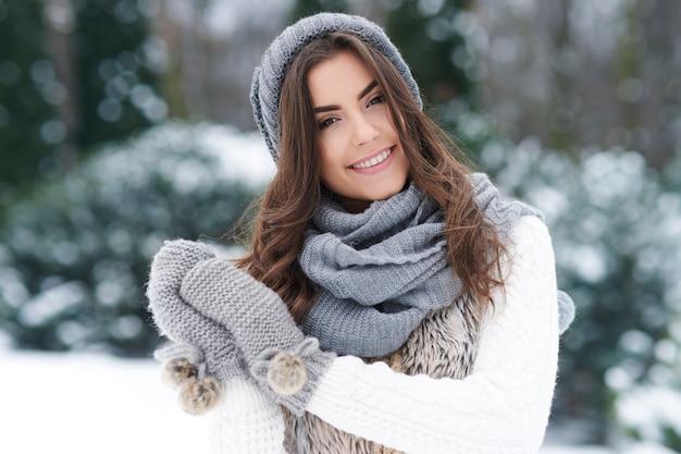 Bella donna che gode dell'inverno Foto Gratuite