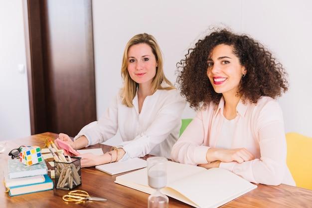 Милые женщины, обучающиеся за столом Бесплатные Фотографии