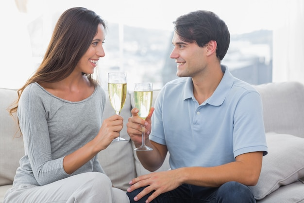 Lovers clinking their flutes of champagne Premium Photo